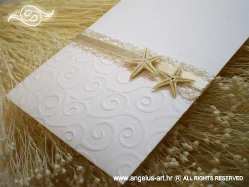 krem pozivnica za vjenčanje s morskim zvijezdama i mrežom