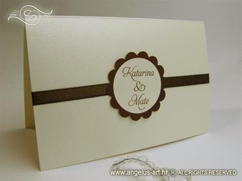 krem pozivnica za vjenčanje sa smeđom trakom i tiskom