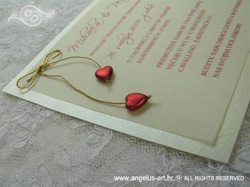krem pozivnica za vjenčanje sa zlatnom mašnom i srcima