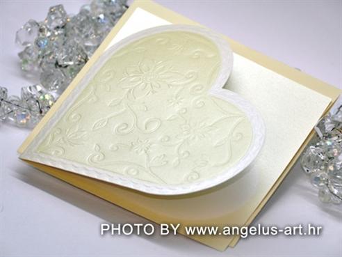 krem pozivnica za vjenčanje u obliku srca s 3D cvjetovima