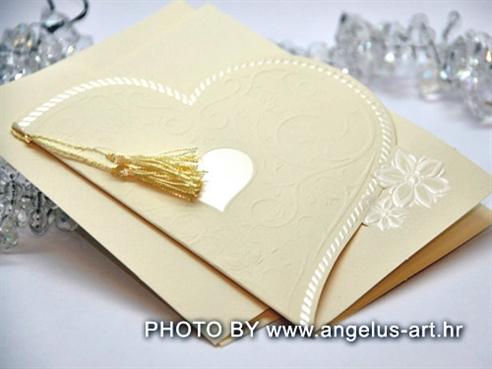 krem pozivnica za vjenčanje u obliku srca s privjeskom kićankom