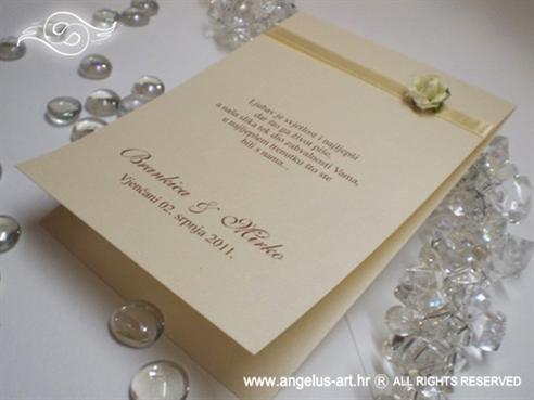 krem zahvalnica za vjenčanje sa šampanj trakom i bež ružom