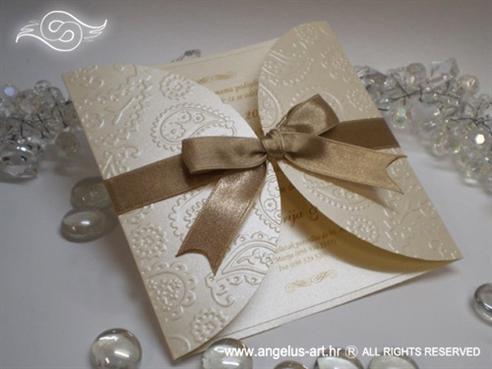 krem zlatna pozivnica za vjenčanje s blindruckom i mašnom