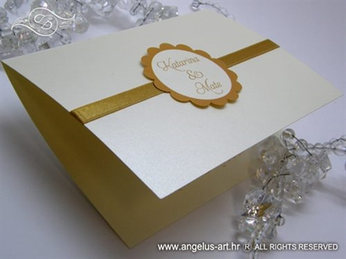 krem zlatna pozivnica za vjenčanje sa zlatnom trakom