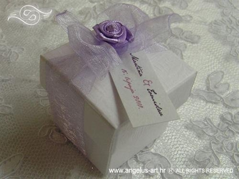 lila konfet za vjenčanje s mašnom i ljubičastom ružom
