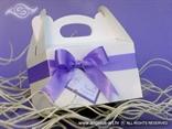 lila kutija za kolače s ljubičastom mašnom i imenima mladenaca
