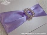 lila lavanda pozivnica sa satenskom trakom i brošem od bisera detalj
