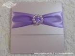 lila pozivnica s brošem od perlica