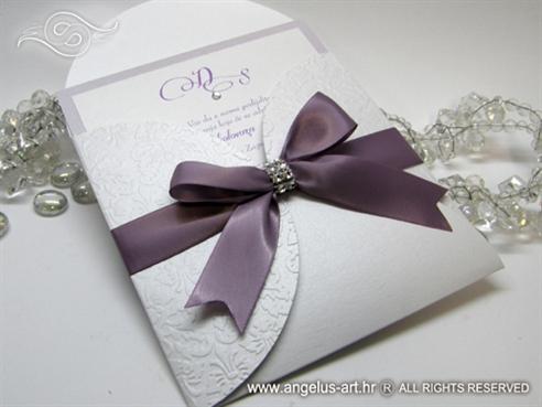 lila pozivnica u bijeloj omotnici s reljefnom strukturom