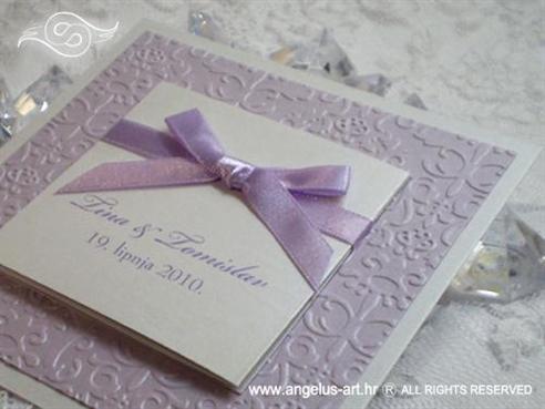 lila pozivnica za vjenčanje s blindruckom i mašnom