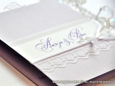 lila pozivnica za vjenčanje s čipkom i bijelom mašnom