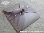 lila pozivnica za vjenčanje s organdij mašnom i ljubičastom ružom