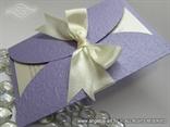 lila pozivnica za vjencanje sa reljefnom strukturom