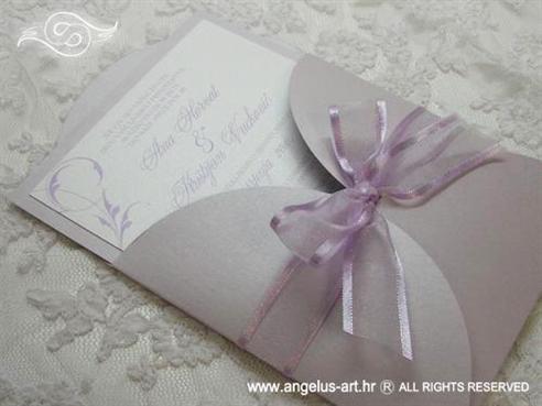 lila pozivnica za vjenčanje u omotnici na rasklapanje s mašnom