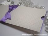 lila šampanj pozivnica u etui kuverti na izvlačenje s ljubičastom mašnom