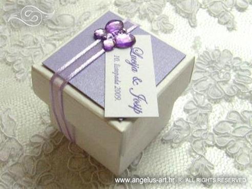 ljubičast konfet za vjenčanje s lila trakom i leptirom cirkonom