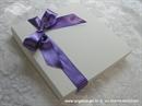 ljubičasta ekskluzivna pozivnica u kutiji s mašnom