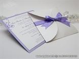 ljubičasta elegantna pozivnica s mašnom i tiskom