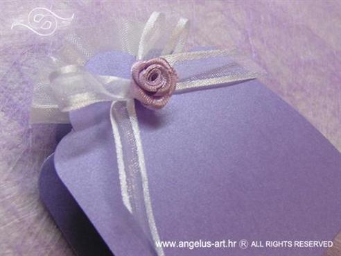 ljubičasta lavanda konfet za vjenčanje s lila ružom i bijelom mašnom