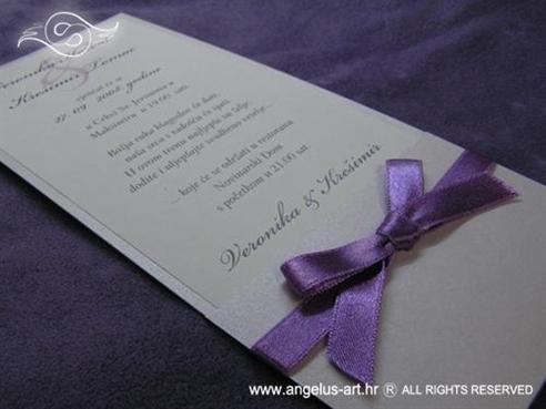 ljubičasta mašna na pozivnici za vjenčanje
