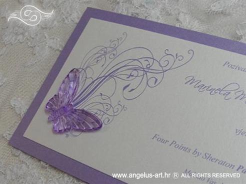ljubičasta pozivnica s leptirom i tiskom