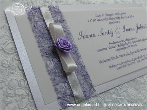 ljubičasta pozivnica s mašnom i ružom