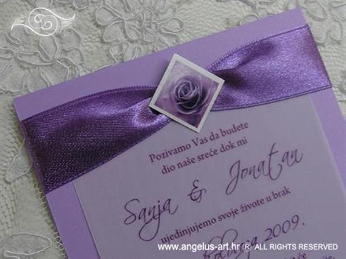 ljubičasta pozivnica s ružom i satenskom trakom