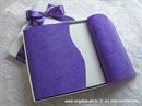 ljubičasta pozivnica u kutiji s omotom