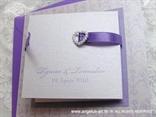 ljubičasta pozivnica za vjenčanje s bijelim srcem