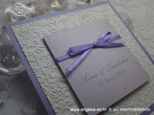 ljubičasta pozivnica za vjenčanje s blindruckom i mašnicom
