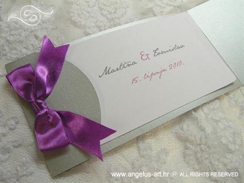 ljubičasta pozivnica za vjenčanje sa satenskom mašnom