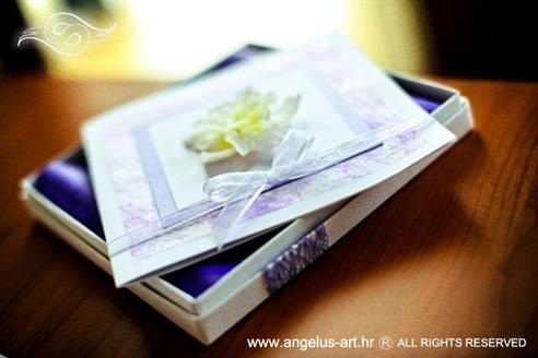 ljubičasta pozivnica za vjenčanje u kutiji s cvijetom