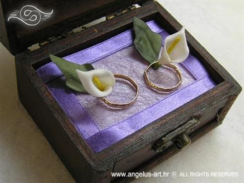 ljubičasta škrinjica za vjenčanje s dvije bijele kale