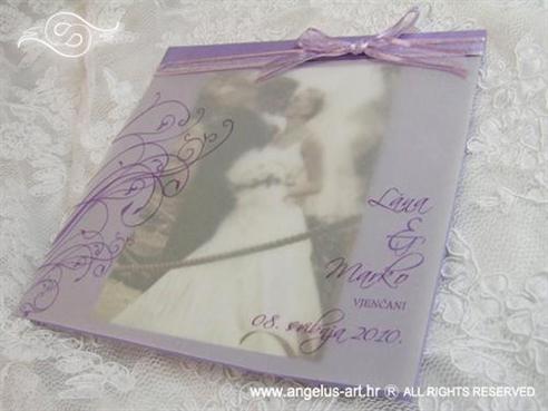 ljubičasta zahvalnica za vjenčanje s organdij mašnom i paus papirom