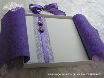 ljubičasto bijela pozivnica u kutiji s ružama i mrežom