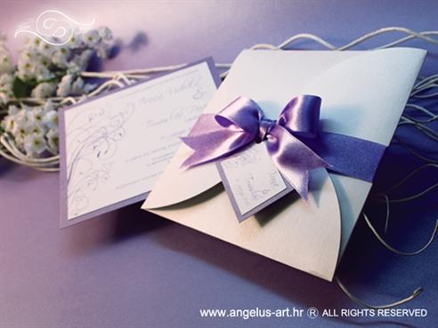ljubičasto bijela pozivnica za vjenčanje s ljubičastom mašnom