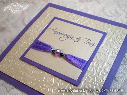 ljubičasto bijela pozivnica za vjenčanje s perlicama i kuvertom