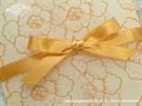 narančasta pozivnica s cvijetovima i mašnom