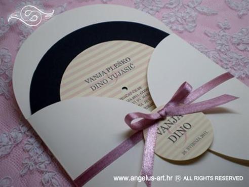 okrugla pozivnica u obliku gramofonske ploče s rozom trakom