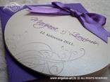 okrugla pozivnica za vjenčanje s ljubičastom kuvertom