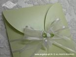 pastelno zelena pozivnica s organdij trakom i bijelom ružicom