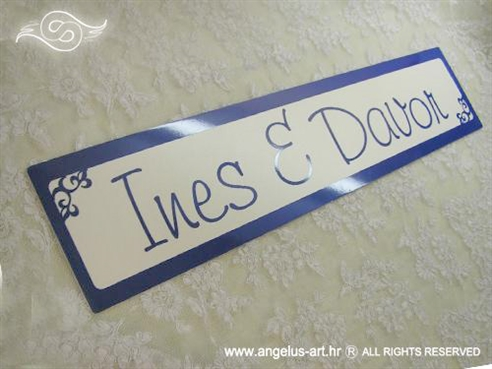 plava auto tablica za vjencanje s imenima mladenaca