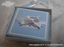 plava cestitka tvrdih korica s dvije djecje dude