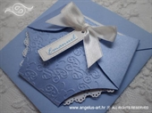Plava perlasta čestitka u obliku pelene s bijelom satenskom mašnom