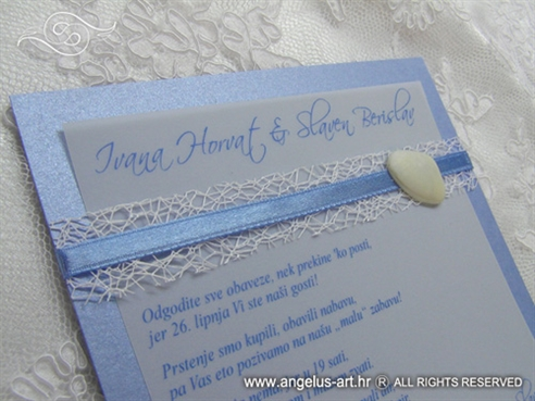 plava pozivnica s bijelom školjkom