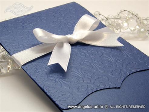plava pozivnica za vjenčanje s bijelom mašnom i 3D ornamentima