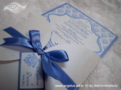 plava pozivnica za vjenčanje s plavom satenskom mašnom i cirkonom