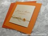 pozivnica narančasta breskva s perlicom i zlatnom mašnicom i narančastom kuvertom