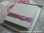 pozivnica s rozom trakom i mašnom u kutiji s brošem