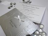 pozivnica sa srebrnom etui omotnicom sa reljefnom strukturom